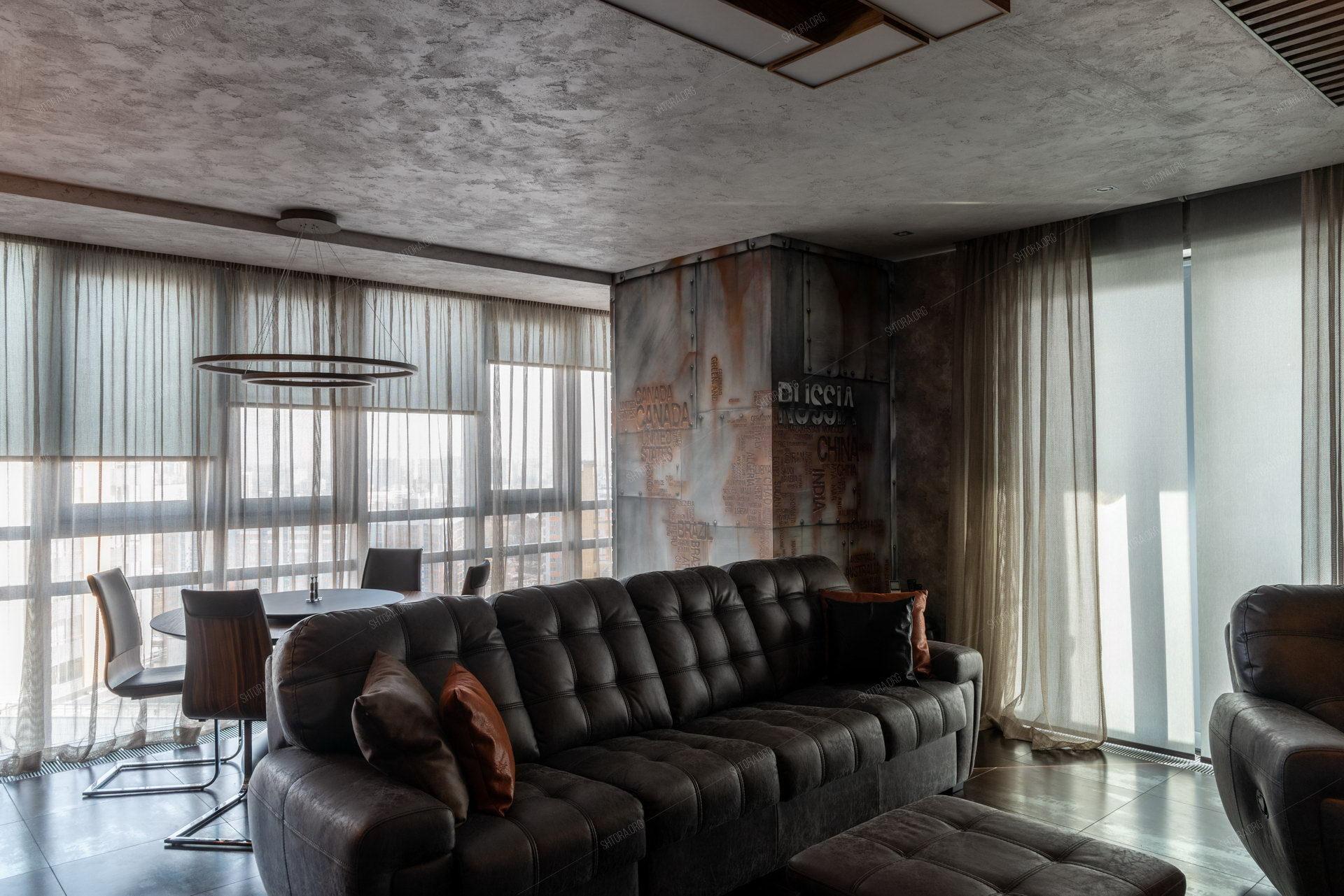 Рулонные шторы и тюль на панорамном окне в гостиной