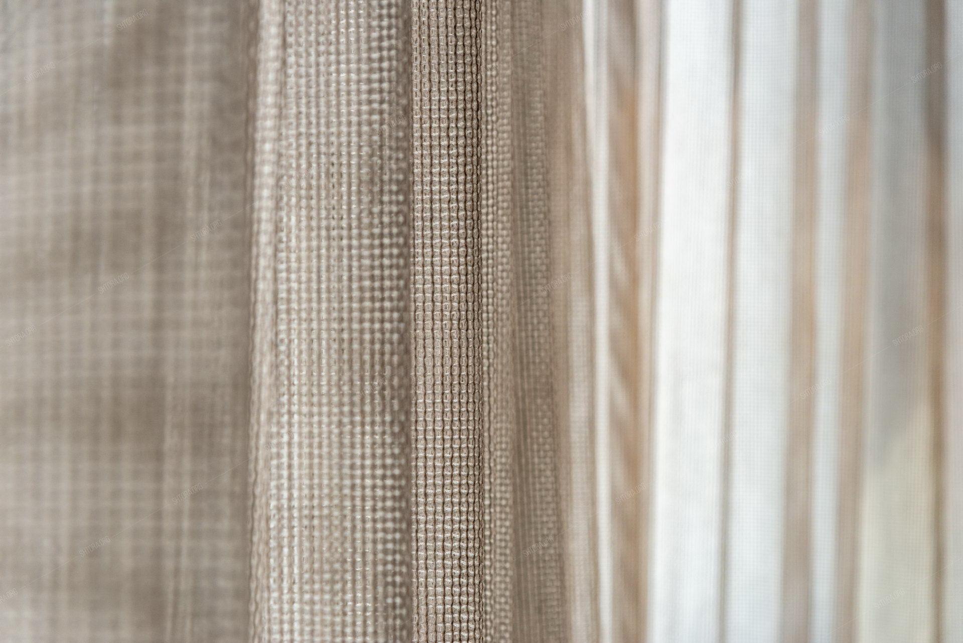 шторы из фактурной сетки на панорамном окне