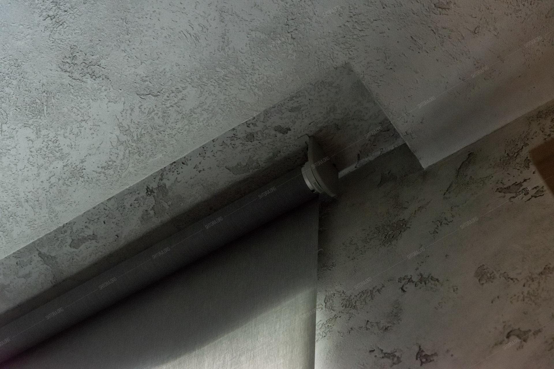 Рулонная штора на электродвигателе с потолочным креплением в нише