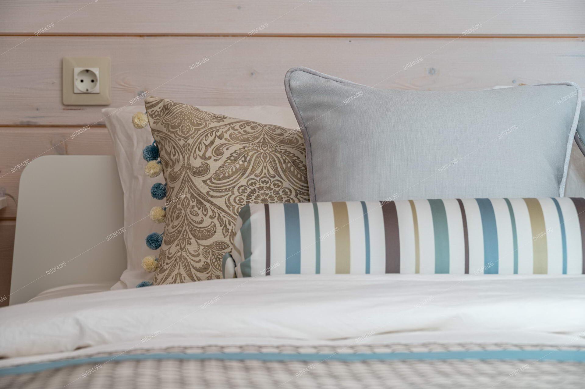 Декоративные подушки и валик